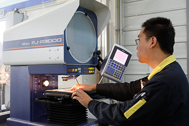 Japanese Mitutoyo Projector efficiently detects the outline and surface shape of various shapes and complex workpieces
