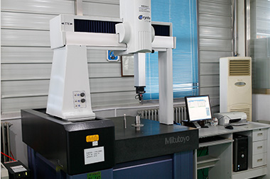 CMM by Japanese Mitutoyo can detect and calculate all kinds of geometric shapes and dimensions in a three-dimensional measurable space.